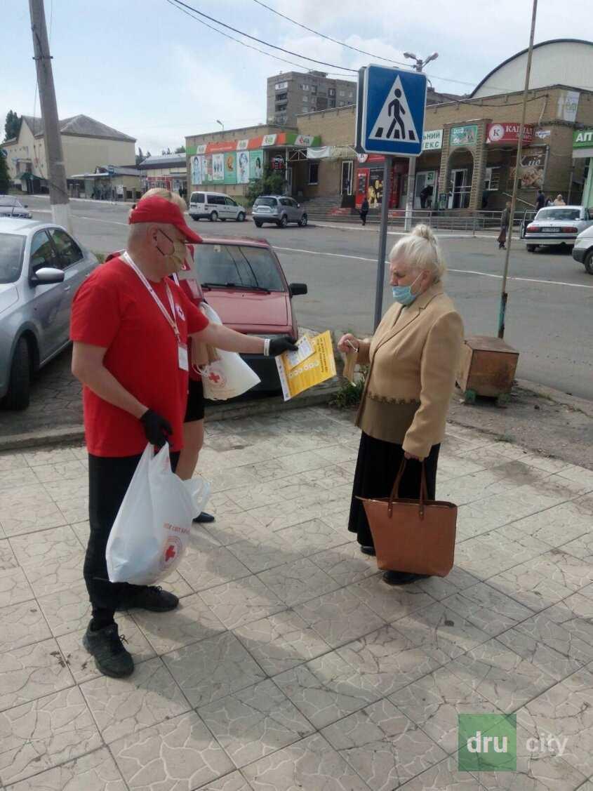 Красный Крест в Дружковке раздавал защитные маски