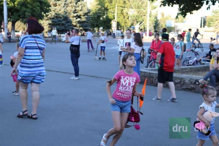 Спортивные площадки на площади Молодежной в Дружковке