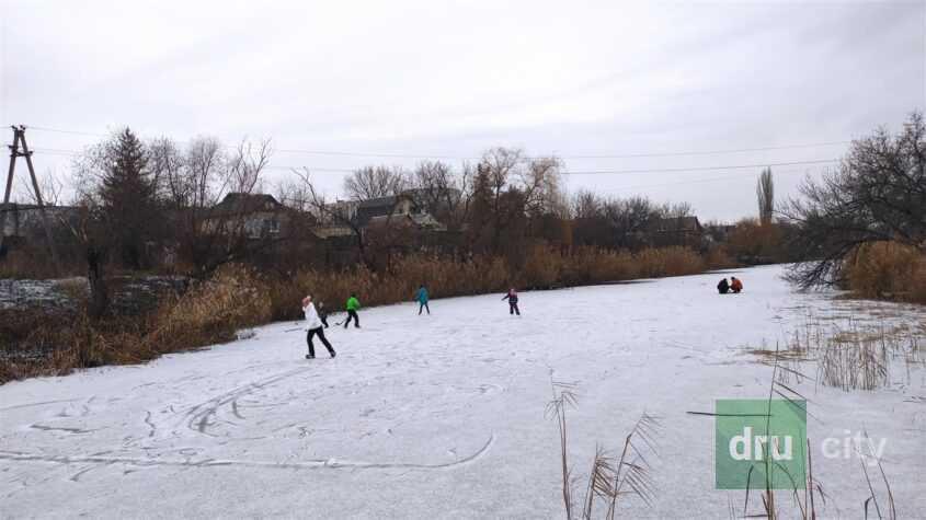 Лед на реке не успел толком стать, а народ уже повалил кататься