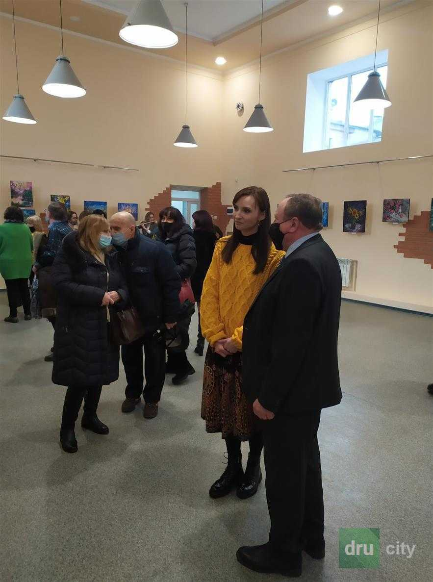 В областном художественном музее открылась выставка дружковской художницы