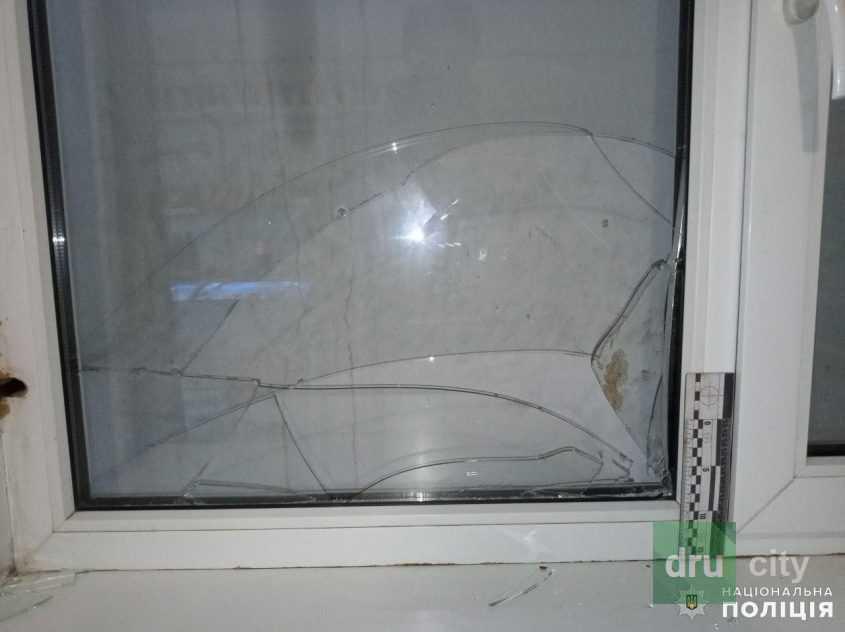 Разбитое окно ограбленного магазина